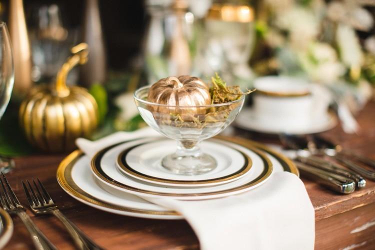 cebolla mesa cubiertos mesa dorado
