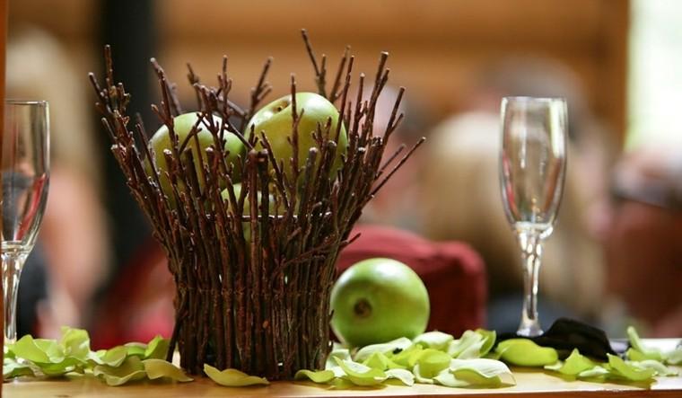 cesto ramas manzanas verdes mesa