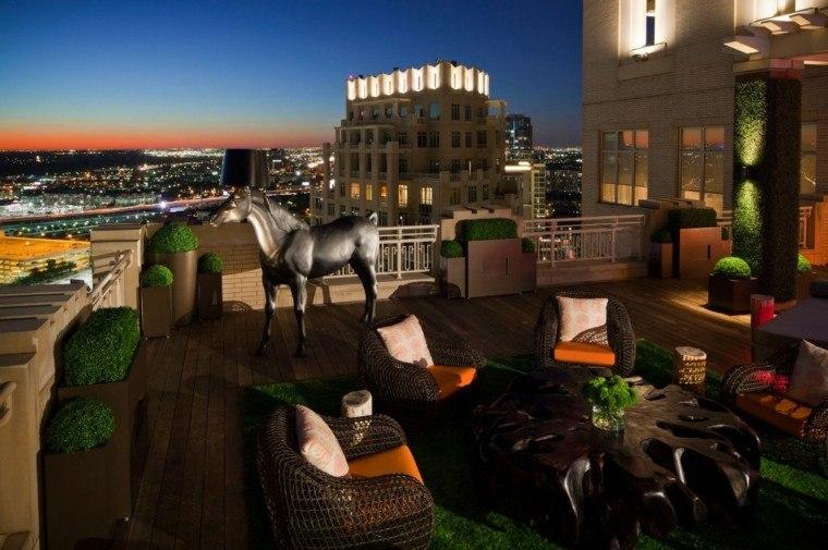 citadino terraza caballo plantas noche