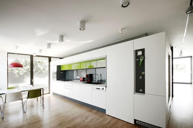 cocina minimalista con elementos verdes