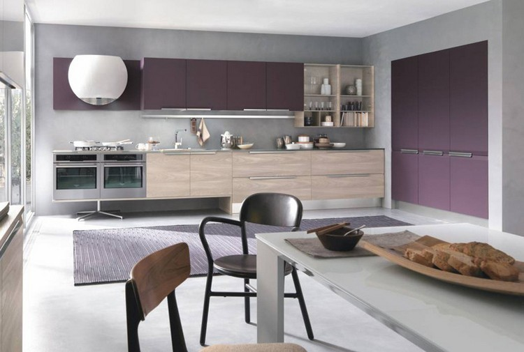 Cocina blanca con paneles verticales de color celeste