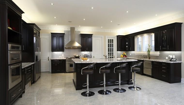cocina amplia muebles negros sillas altas cuero ideas
