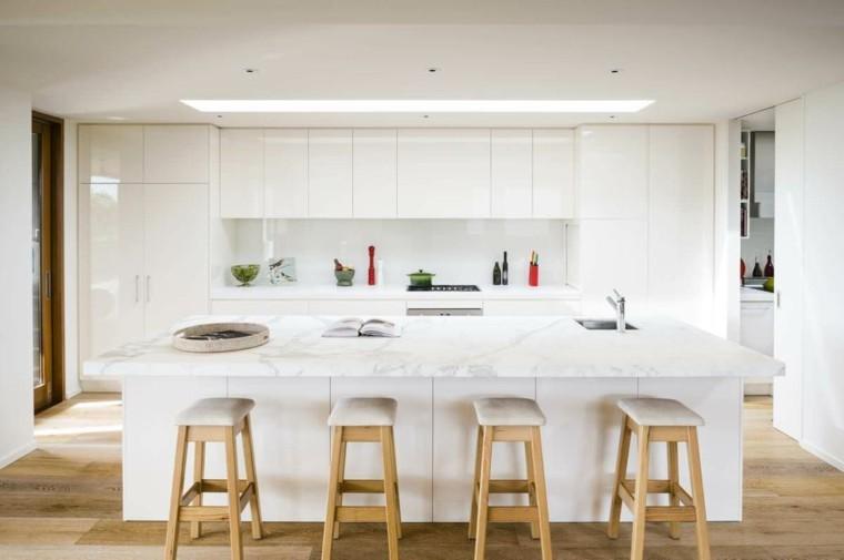 cocina blanca taburetes madera altos