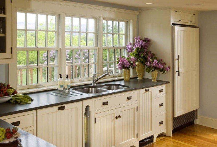 cocina clasica flores frescas jarrones decorando ideas