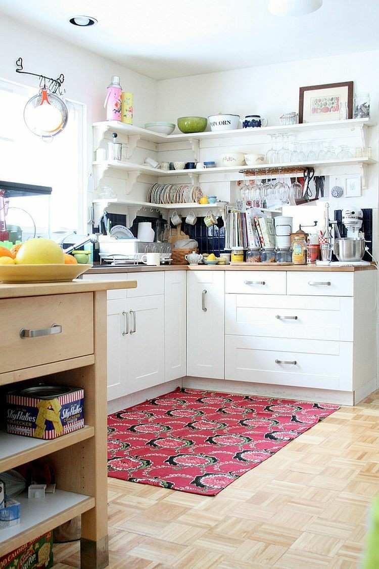 cocina esquina estantes blancos abiertos alfombra roja ideas