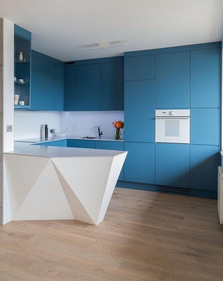 Diseño de cocina futurista con muebles de color azu