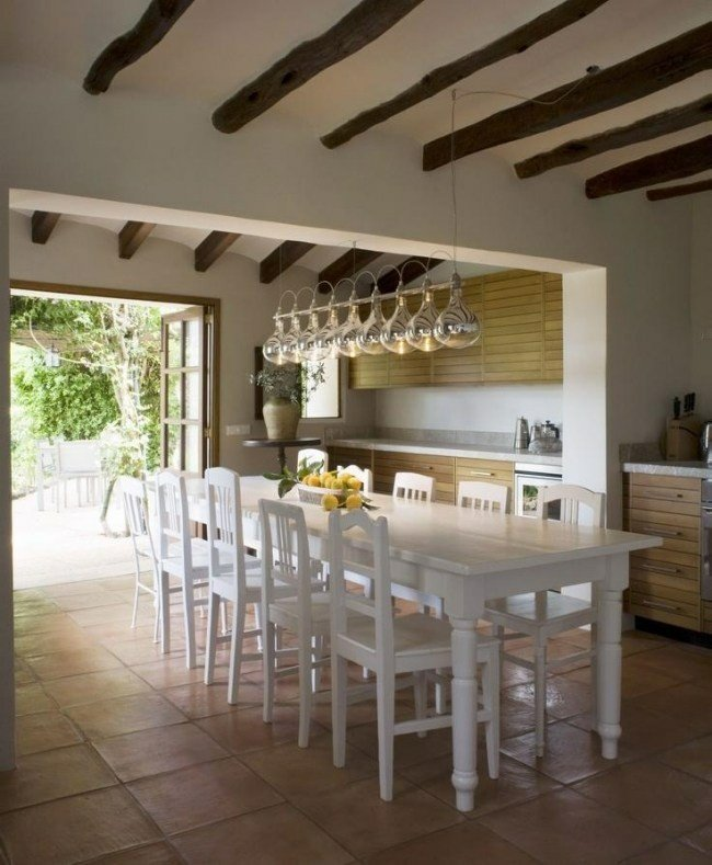 cocina mesa comedor blanca vigas