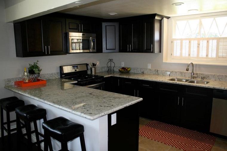 Magia negra en la cocina 50 ideas de muebles en negro for Cocina americana pequena moderna