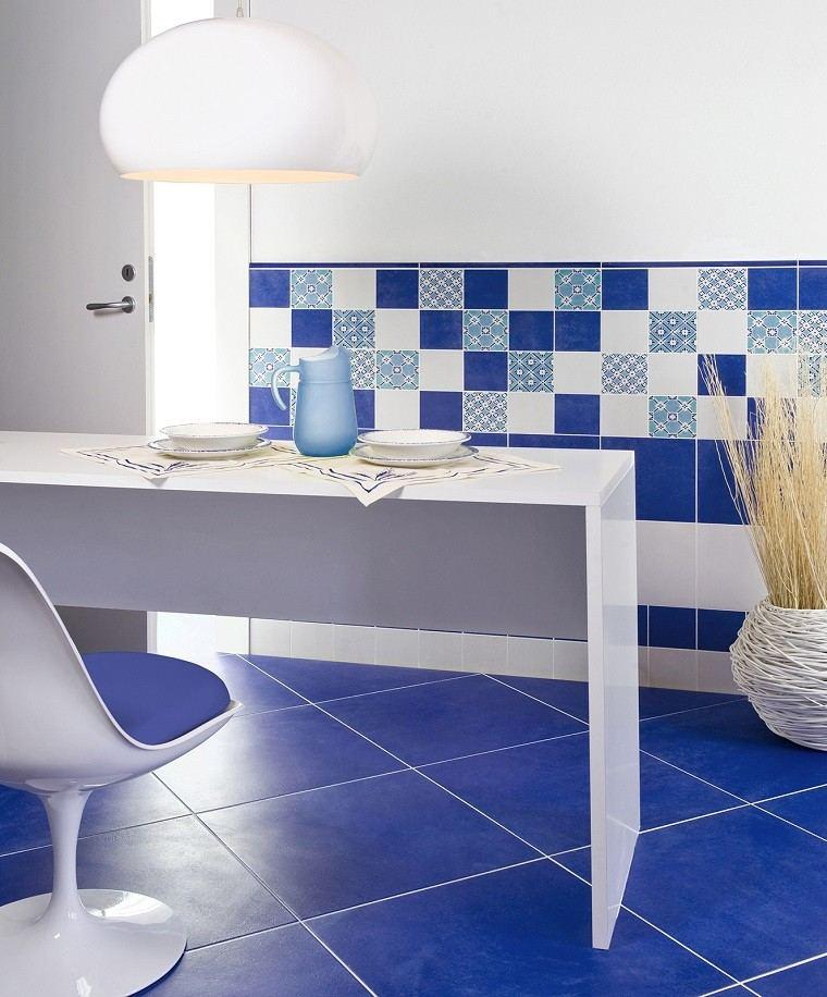 cocina suelo losas azules sillas mesa blancos ideas