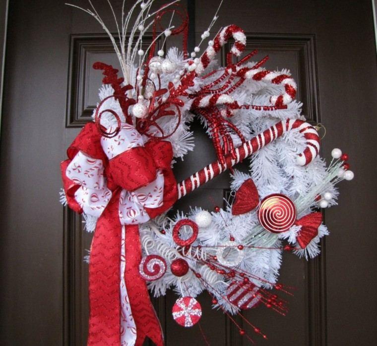 corona blanca adornos navidad rojos