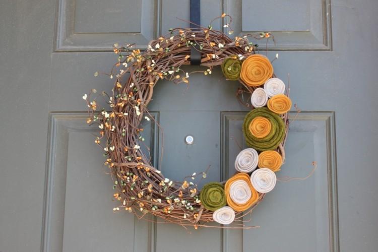 corona flores amarillo madera puerta