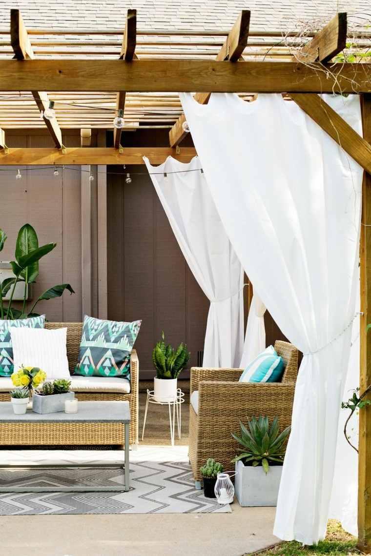 cortinas pergola blancas madera cojines