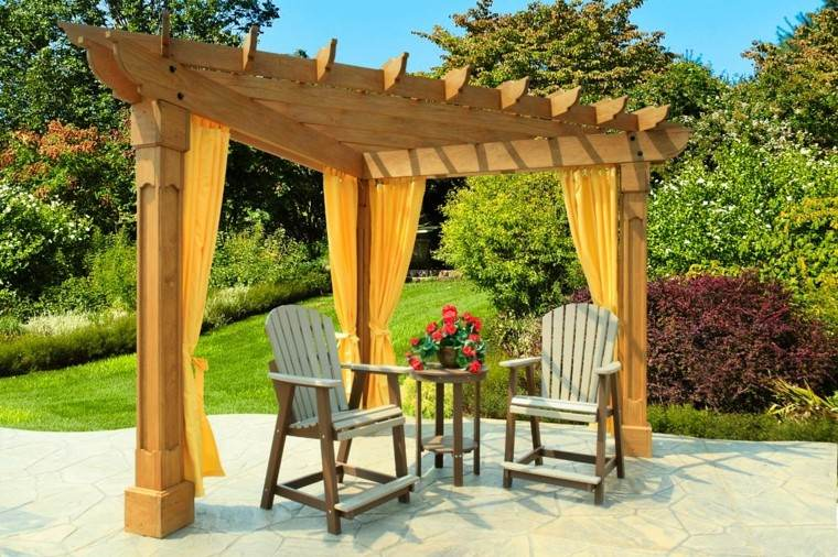cortinas pergola triangular madera sillas