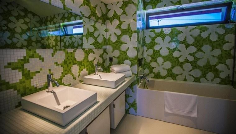 decoracion banos modernos mosaico flores verde blanco ideas