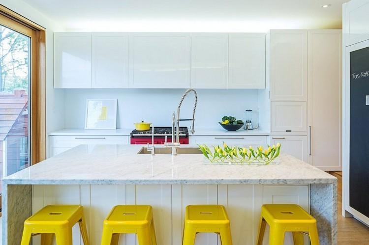 decoracion de cocinas taburetes amarillos