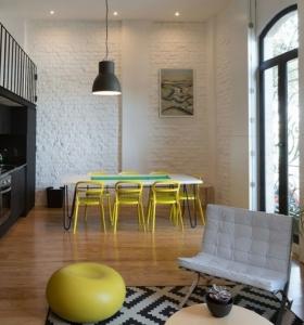 Mesas y sillas de comedor al estilo monocrom tico en Sillas comedor amarillas