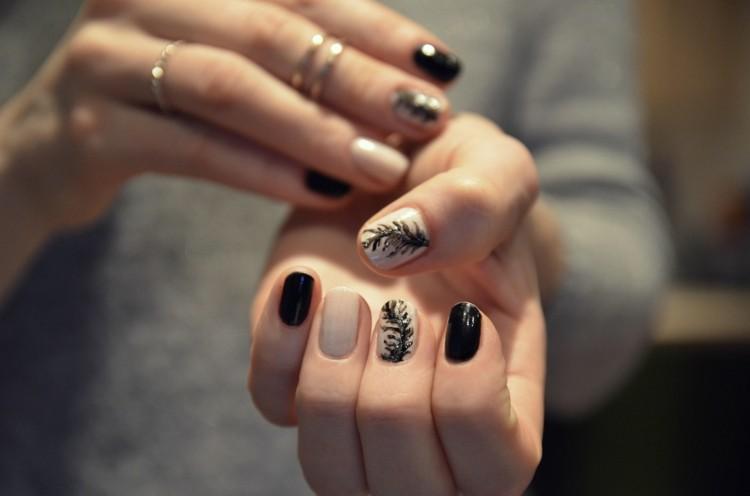 decoracion de uñas hojitas negras