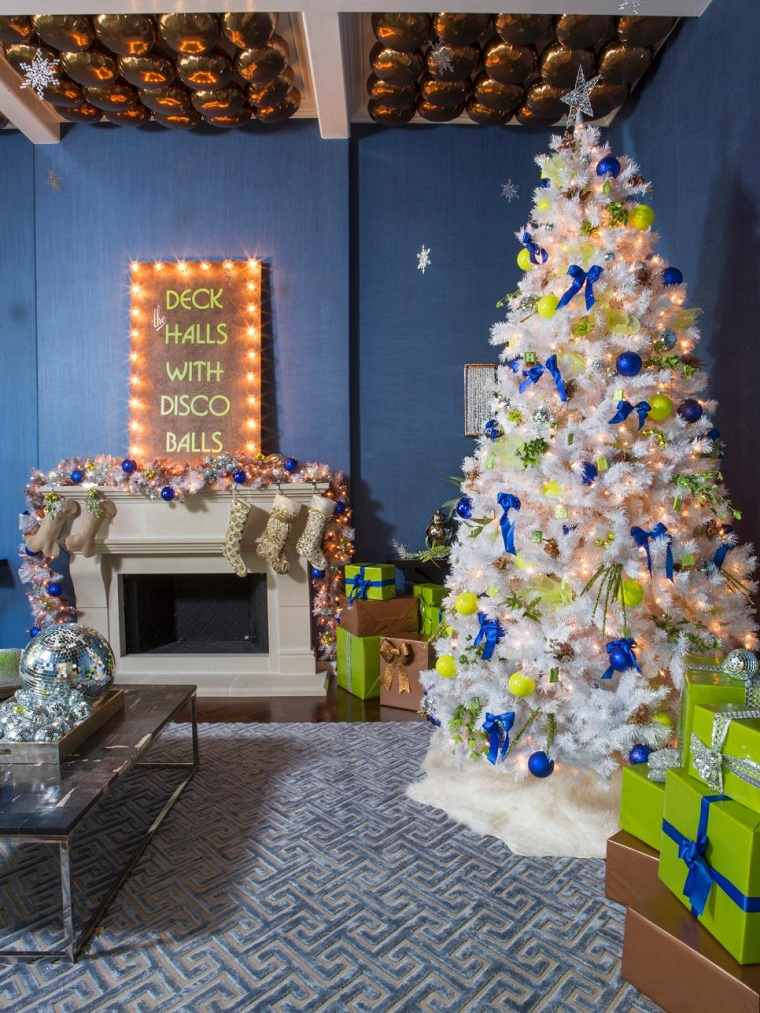 decorar navidad salon chimenea calcetines regalos ideas