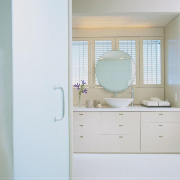 diseño blanco baño espejo gaveteros