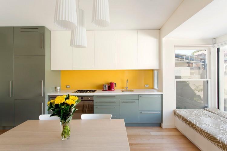 diseño cocina gris amarillo intenso