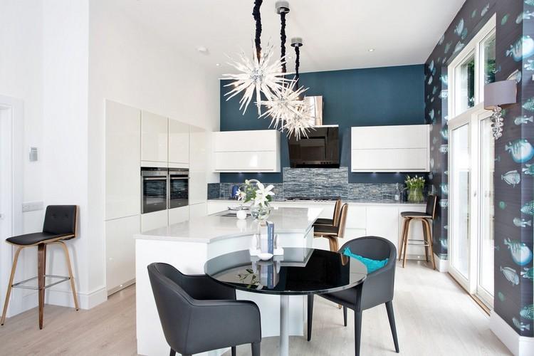 diseño cocina pared azul añil