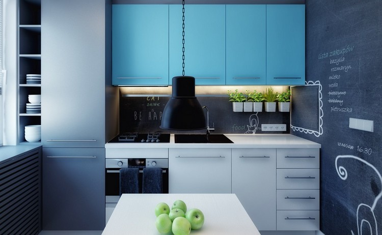 diseño cocina azul pared pizarra