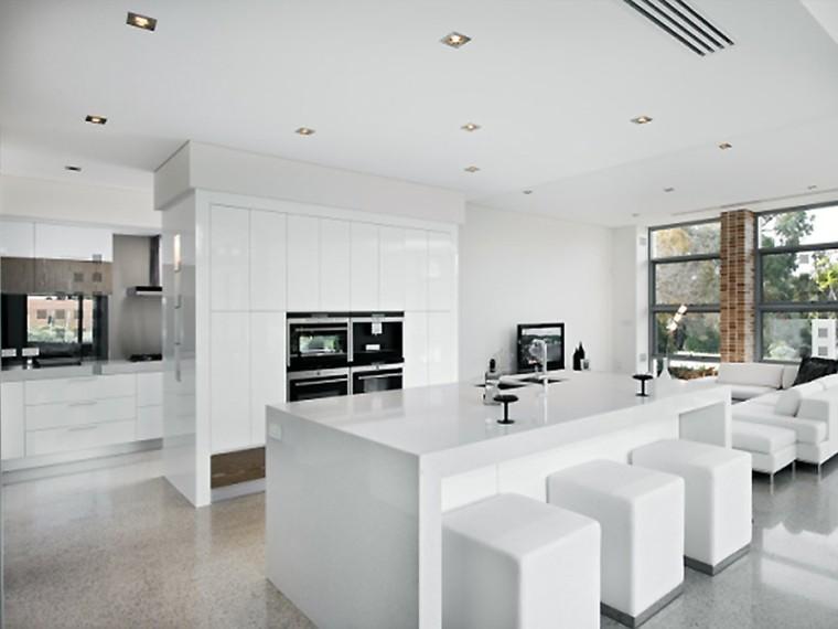 diseño cocinas blancas taburetes geometrico ladrillos