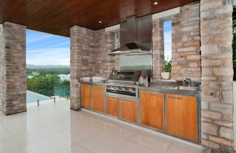 el refugio perfecto verano cocina exterior columnas piedra ideas