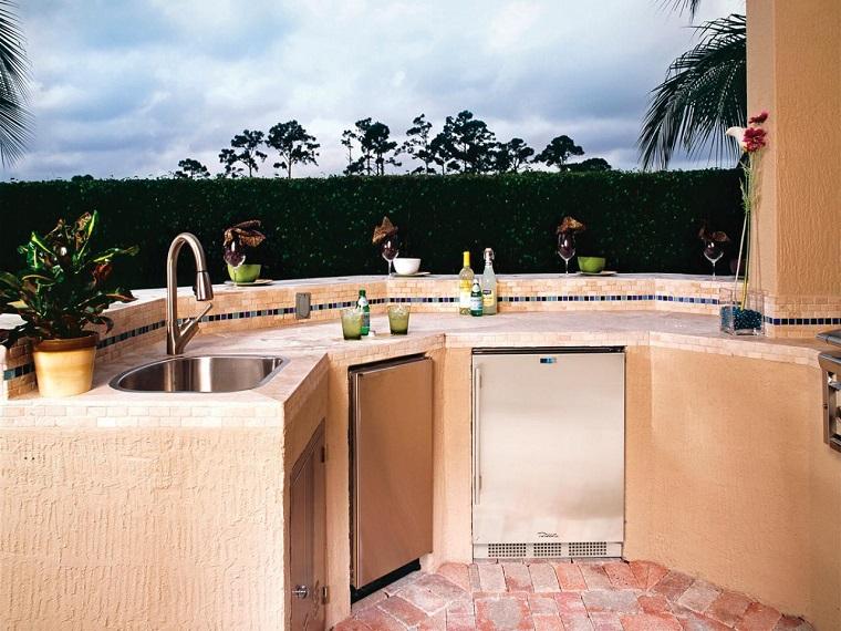 el refugio perfecto verano cocina exterior hormigon-amarilla ideas