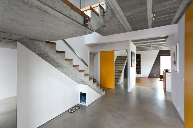 escaleras cemento paredes amarillas interior