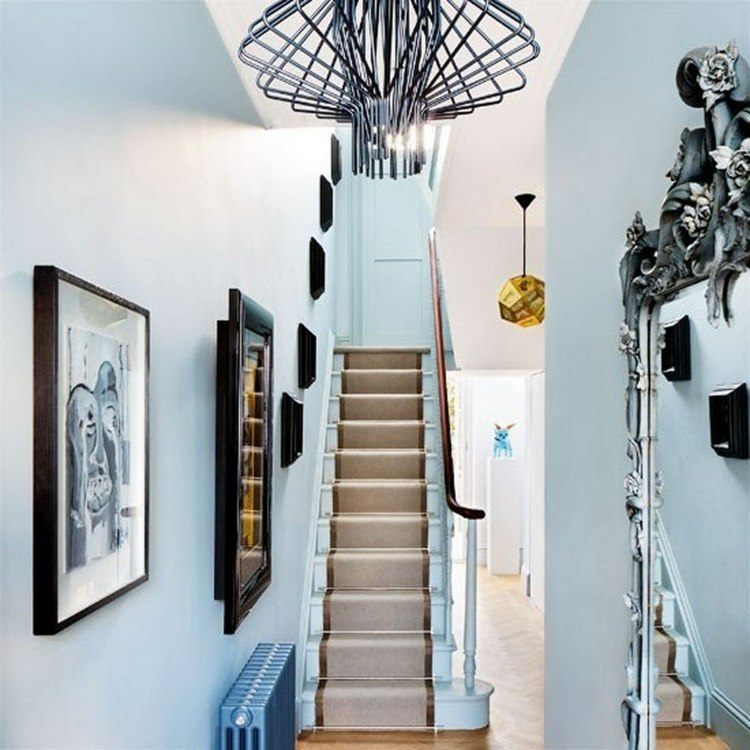 escaleras entrada alfombra radiador celeste