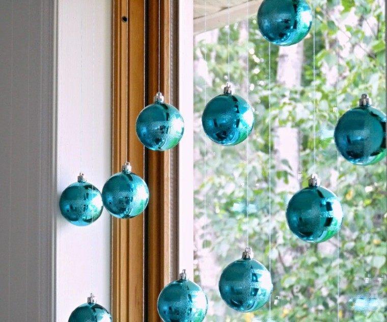 esferas coloridas estantes plantas azules