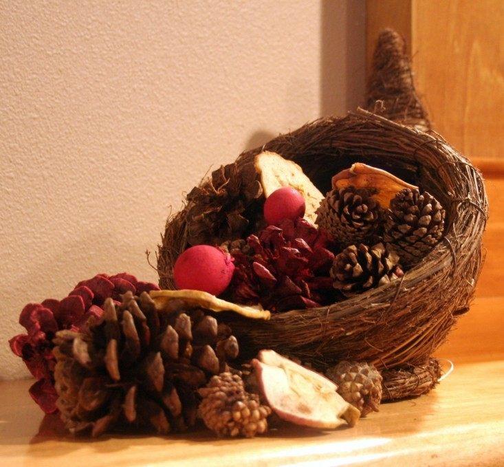 hacer adornos para otoño piñas