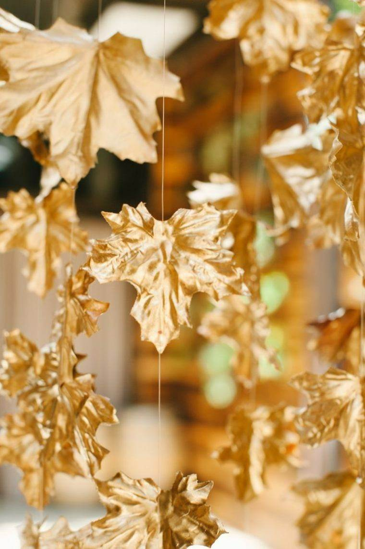 hojas secas colgantes pintadas dorado