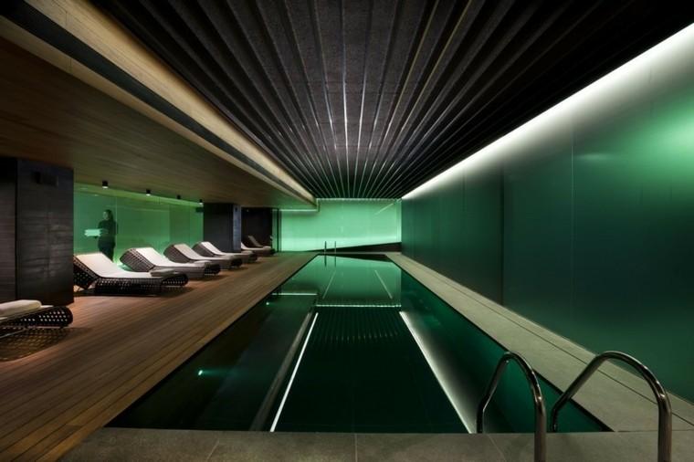 interior agradable madera tumbonas verde