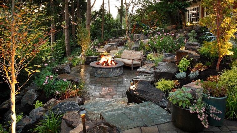 jardin amplio plantas piedras lugar fuego ideas