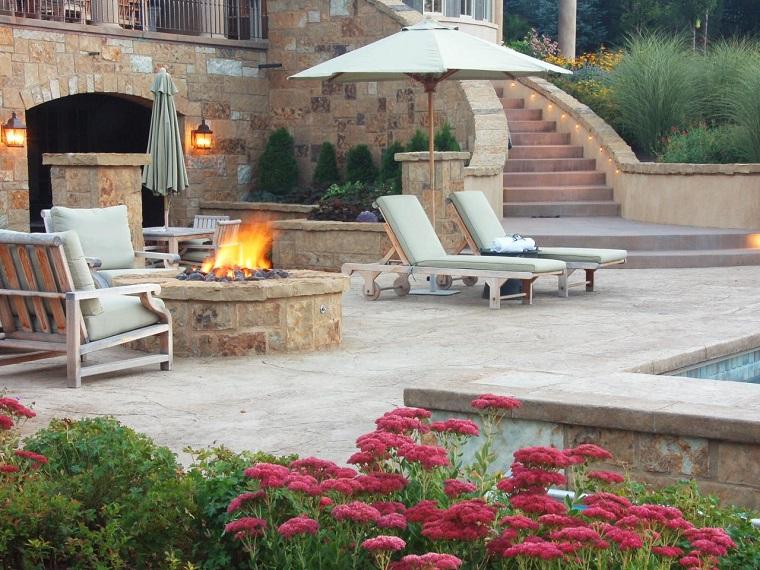 jardin estilo contemporaneo lugar fuego piedras tumbonas sombrilla ideas