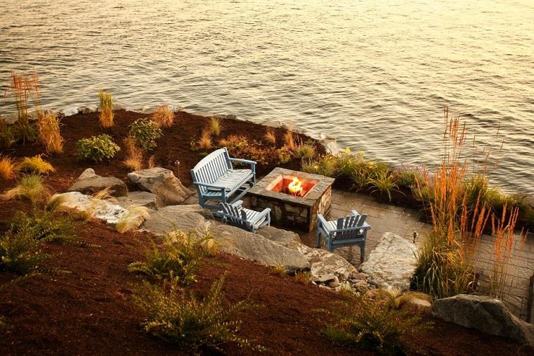 jardin orilla lago lugar fuego sillas madera ideas