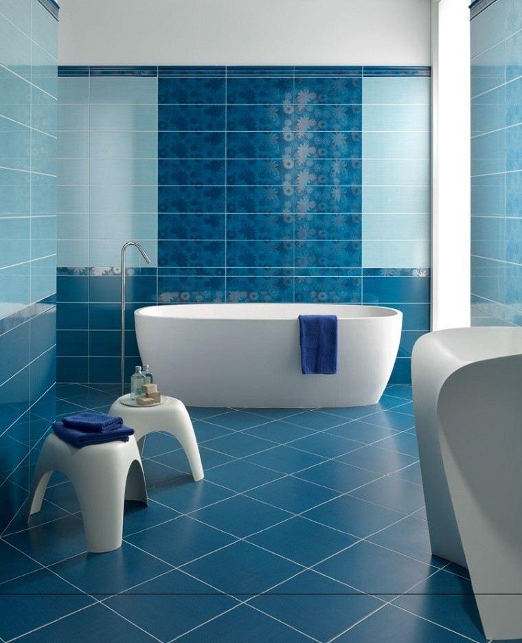 losas azules suelo pared bano taburetes blancos ideas