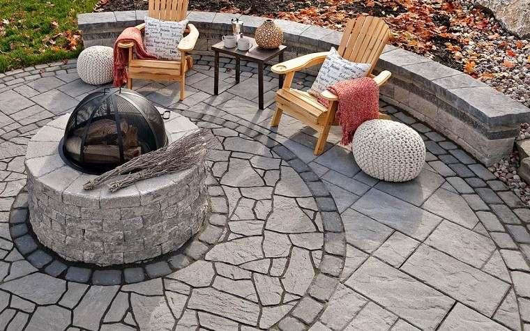 Pozo o plato de fuego y muebles modernos en el jardín -
