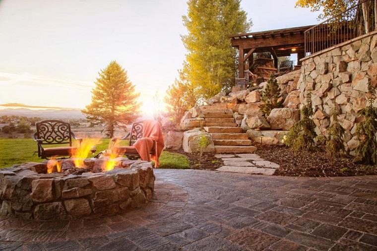 lugar fuego redondo piedras sillas escaleras cesped jardin ideas