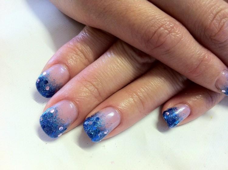 manicura francesa difuminada purpurina azul