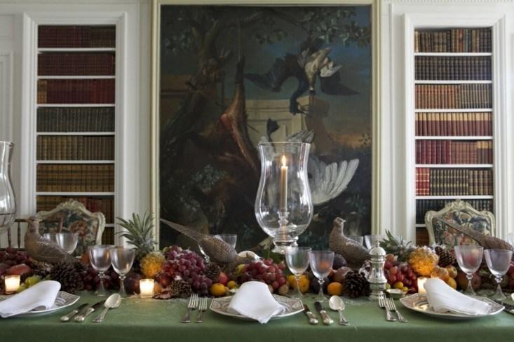 mesa adornada frutas piñas pino