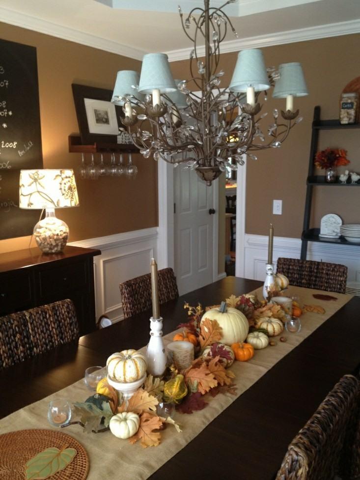 mesa comedor decorada varias calabazas