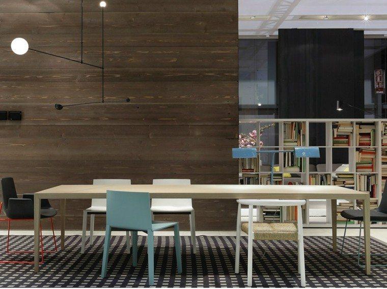 mesa madera comedor sillas distintos colores ideas