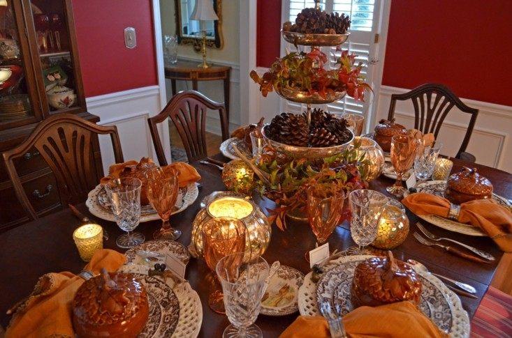 mesa repleta platos adornos comida