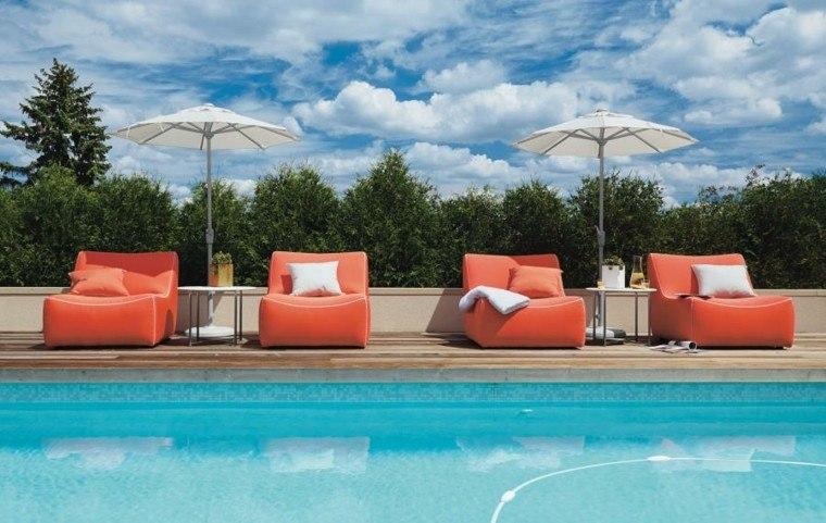 muebles exterior diseño piscina sombrillas