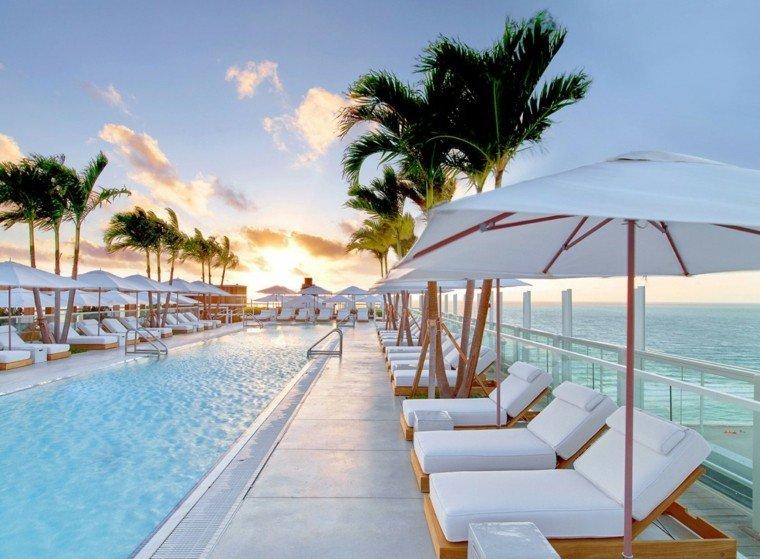 oasis moderno jardin piscina tumbonas sombrillas blancas ideas