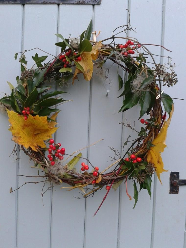 otoño hojas secas arbol decorando puerta blanca ideas
