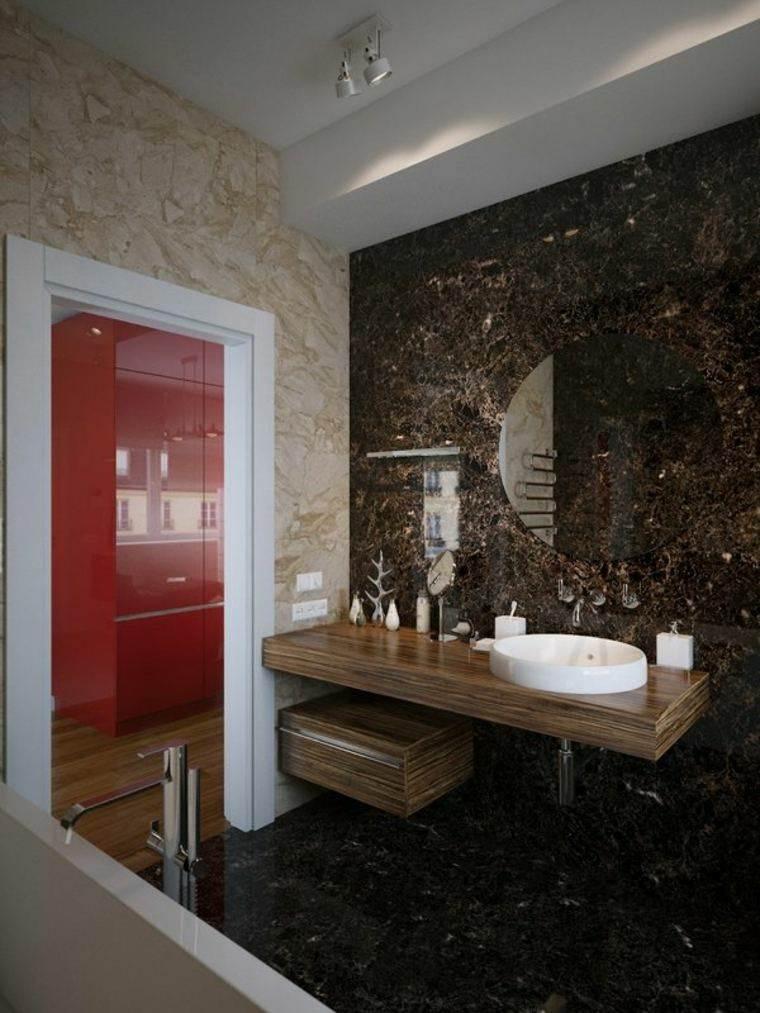 pared baño tonos marrones azulejos
